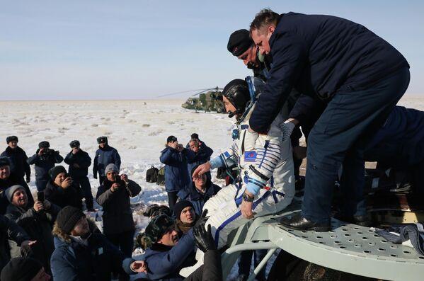 Член основного экипажа экспедиции МКС-60/61 космонавт Роскосмоса Александр Скворцов после посадки спускаемого аппарата пилотируемого космического корабля Союз МС-13