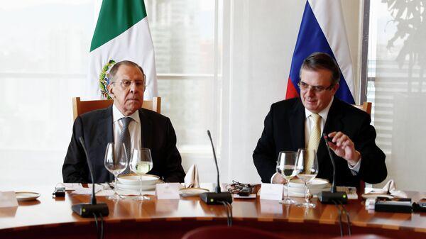 Министр иностранных дел РФ Сергей Лавров и министр иностранных дел Мексики Марсело Эбрард во время рабочего ланча