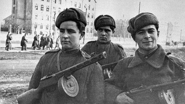Великая Отечественная война 1941-1945 гг. Группа советских автоматчиков проходит по улицам Будапешта. Освобождение Венгрии от немецко-фашистских захватчиков