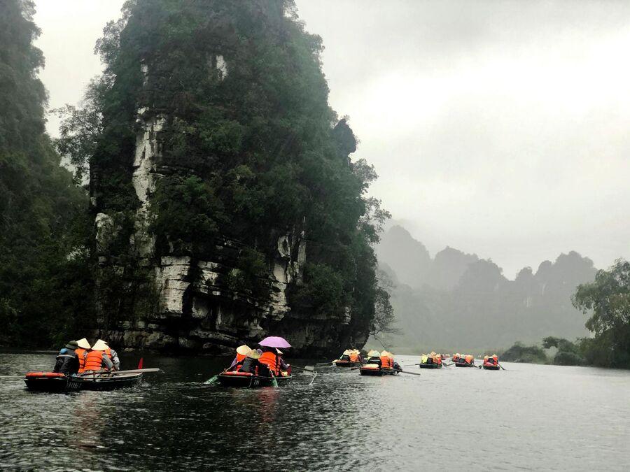 Туристы катаются на лодках, Там Кок, Вьетнам