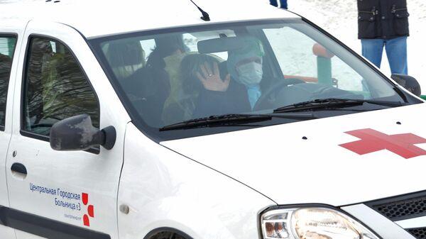 Сотрудник городской больницы №3 Екатеринбурга во время перевозки граждан КНР в центр наблюдения на базе санатория Бодрость в Свердловской области