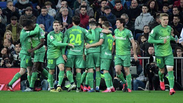 Футболисты Реала Сосьедад празднуют гол в ворота мадридского Реала