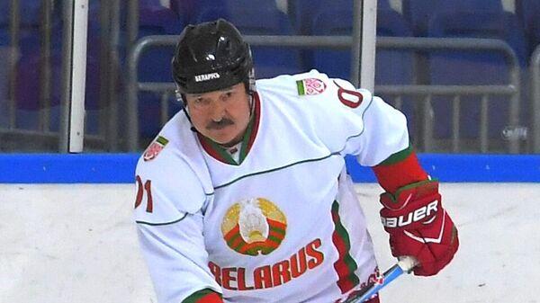 Президент России  Владимир Путин и президент Белоруссии Александр Лукашенко (слева)