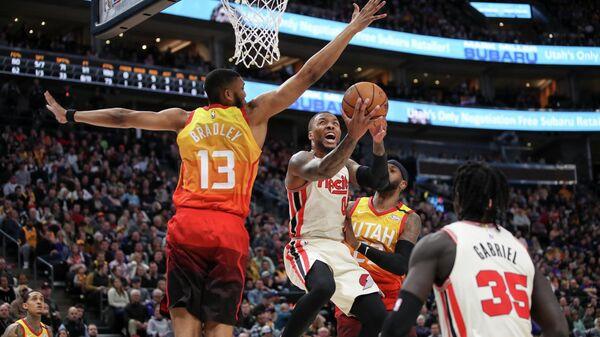 Защитник Портленд Трейл Блэйзерс Дэмиан Лиллард в матче НБА против Юты Джаз