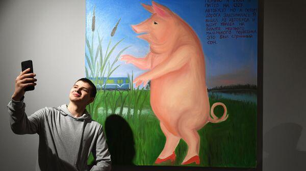 Художник Тим Кумаритов у своей картины Сон на выставке Новые городские художники на площадке Государственного музейно-выставочного центра РОСИЗО в Москве.