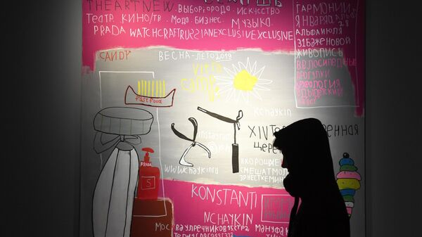 Зойка на фоне своей картины на выставке Новые городские художники на площадке Государственного музейно-выставочного центра РОСИЗО в Москве.