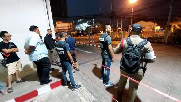 Полиция около здания торгового центра в Таиланде, где произошла стрельба