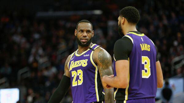 Баскетболисты Лос-Анджелес Лейкерс Леброн Джеймс и Энтони Дэвис в матче НБА против Голден Стэйт Уорриорз