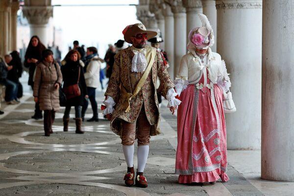 Участники карнавала на площади Святого Марка в Венеции, Италия, 8 февраля 2020 года