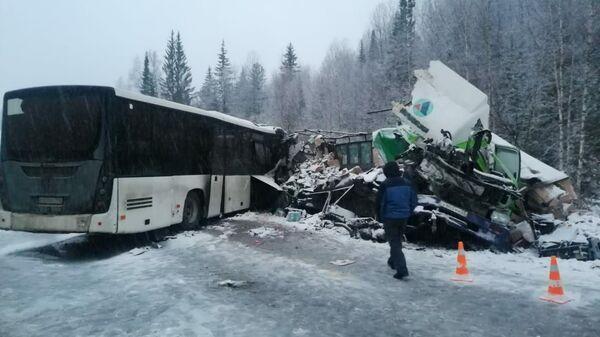 Лобовое столкновение автобуса с фурой на автодороге в Яшкинском районе Кемеровской области
