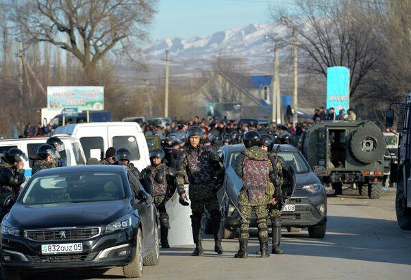 Казахстанский ОМОН блокирует дорогу после конфликта в Масанчи, недалеко от границы с Казахстаном