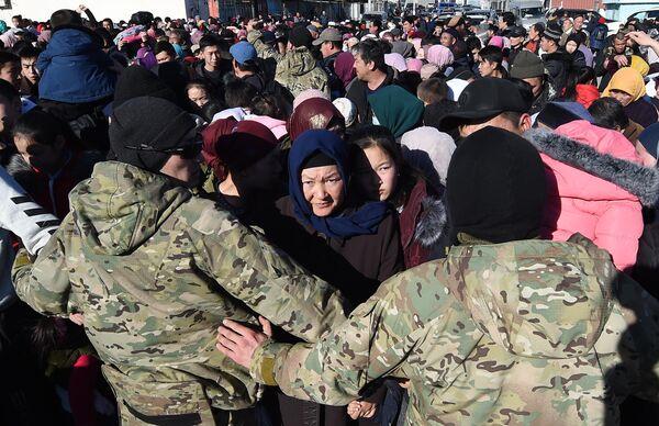 Этнические дунгане собираются пересекать границу из Казахстана в Кыргызстан около города Токмак, примерно в 60 км от Бишкека