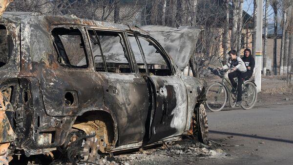 Сгоревшая машина после беспорядков в селе Блас-Батыр в 250 км от Алматы, Казахстан. 8 февраля 2020