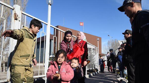 Этнические дунгане пересекают границу из Казахстана в Кыргызстан около города Токмак в 60 км от Бишкека. 8 февраля 2020