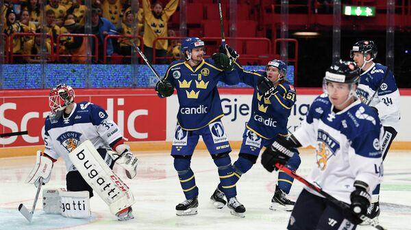 Хоккеисты сборной Швеции радуются заброшенной шайбе