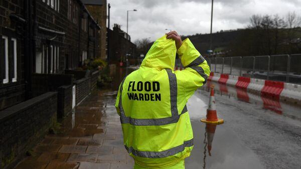 Служащий на севере Англии после того как река Колдер вышла из берегов во время шторма. 9 февраля 2020