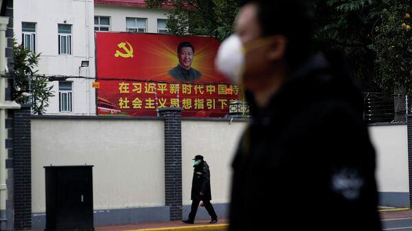 Люди в масках на улице Шанхая