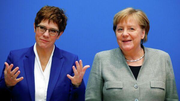 Лидер Христианско-демократического союза Аннегрет Крамп-Карренбауэр и канцлер Германии Ангела Меркель на заседании правления ХДС в штаб-квартире партии в Берлине. 10 февраля 2020