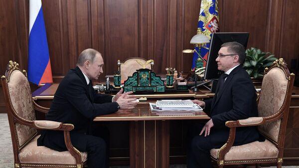 Президент РФ Владимир Путин и министр строительства и жилищно-коммунального хозяйства РФ Владимир Якушев во время встречи