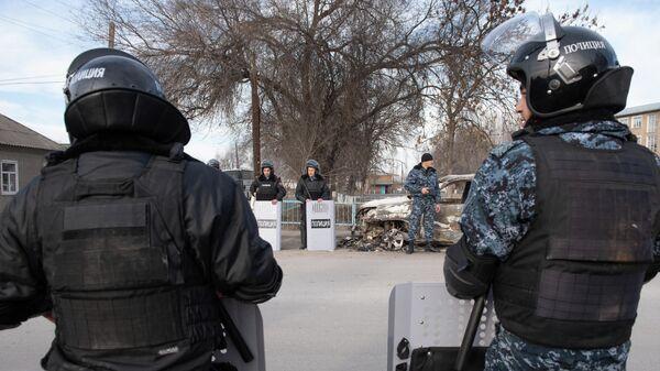 Сотрудники полиции на улице поселка Масанчи. В ночь на 8 февраля в Кордайском районе Жамбылской области Казахстана произошли массовые беспорядки, начавшие с драки жителей в селе Масанчи.