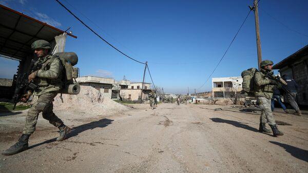 Турецкие солдаты на позициях в деревне Каминас, примерно в 6 километрах к юго-востоку от города Идлиб на северо-западе Сирии. 10 февраля 2020