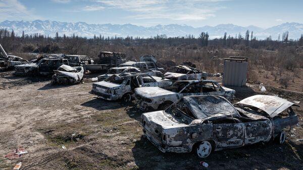 Автомобили, сожженные во время массовых беспорядков в Кордайском районе Жамбылской области Казахастана