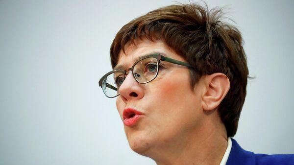 Аннегрет Крамп-Карренбауэр во время пресс-конференции в Берлине