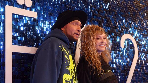 Дизайнер Игорь Гуляев и певица Алла Пугачева на премьере фильма Лёд 2 в киноцентре Октябрь в Москве.