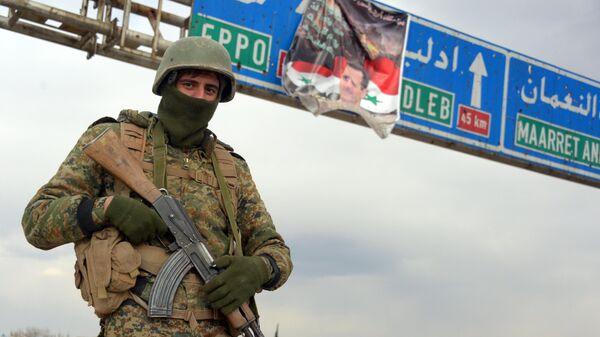 Военнослужащий Сирийской арабской армии в освобожденном от боевиков городе Мааррат-эн-Нууман