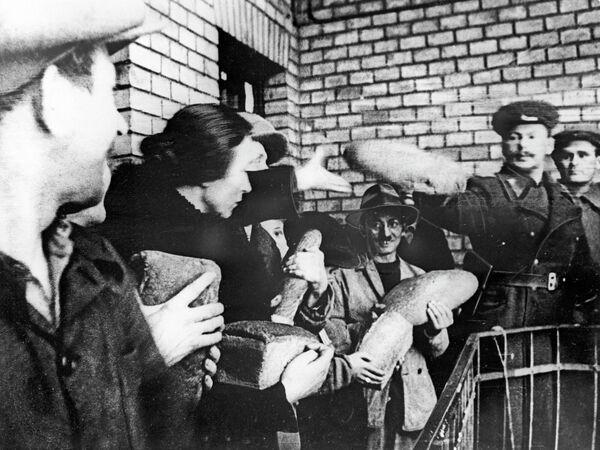 Представители командования 2-го Украинского фронта выдают хлеб жителям Будапешта
