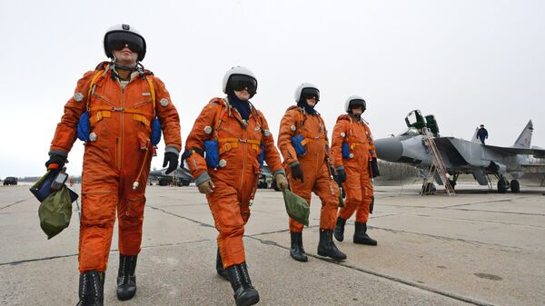 Пилоты ВКС РФ на летном поле аэродрома Центральная Угловая