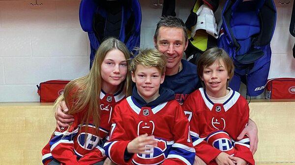 Илья Ковальчук со своими детьми: Каролиной, Артемом и Филиппом (справа)
