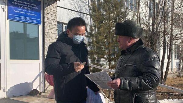 Гражданин Китая Ван Юньбинь после выписки из Забайкальской краевой инфекционной больницы в Чите