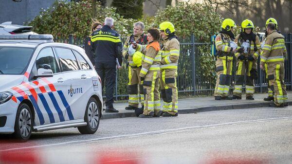 Полициейские и пожарные на месте взрыва в почтовом отделении в городе Керкрад, Нидерланды. 12 февраля 2020
