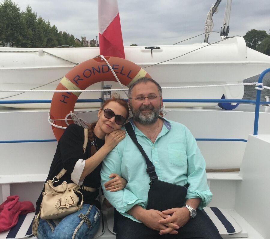 Виктория Мусина-Пушкина, ее муж Пьер и дети — Александра, Анастасия, Хлоя
