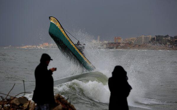 Палестинские рыбаки у берегов Газы