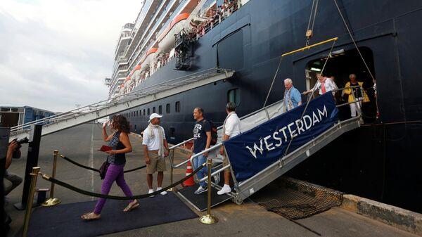 Пассажиры покидают круизный лайнер Westerdam в камбоджийском порту Сиануквиль. 14 февраля 2020