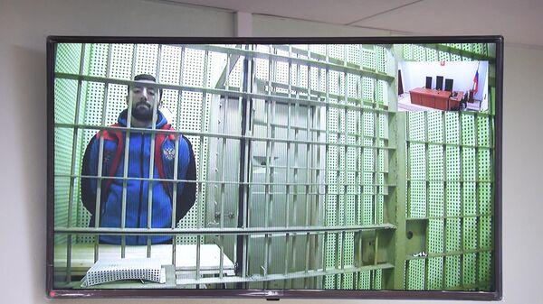 Чемпион России по боксу Георгий Кушиташвили, обвиняемым в хранении наркотиков и нападении на сотрудника Росгвардии, на экране видеосвязи во время судебного заседания