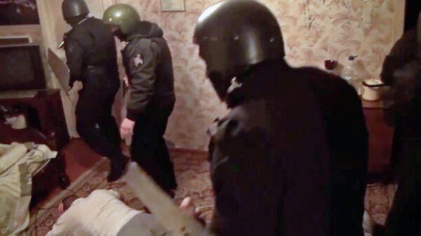 Сотрудники ФСБ во время задержания финансиста ИГ в Подмосковье. Стоп-кадр видео