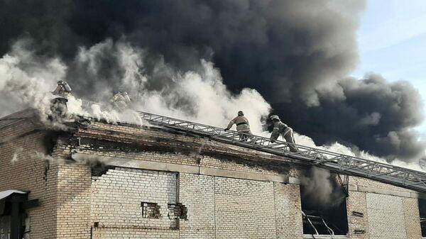 Сотрудники МЧС во время ликвидации пожара в цехе по производству пластиковой посуды в Челябинске