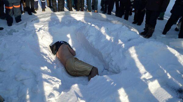 Калининградец Олег Резанов во время прохождения испытания холодом в ледовом парке в Якутске