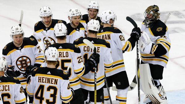 Хоккеисты Бостон Брюинз празднуют победу в матче НХЛ против Нью-Йорк Рейнджерс