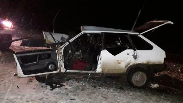 Автомобиль ВАЗ-21093 на месте ДТП в Саратовской области