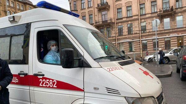 Автомобиль скорой помощи у здания Петроградского районного суда
