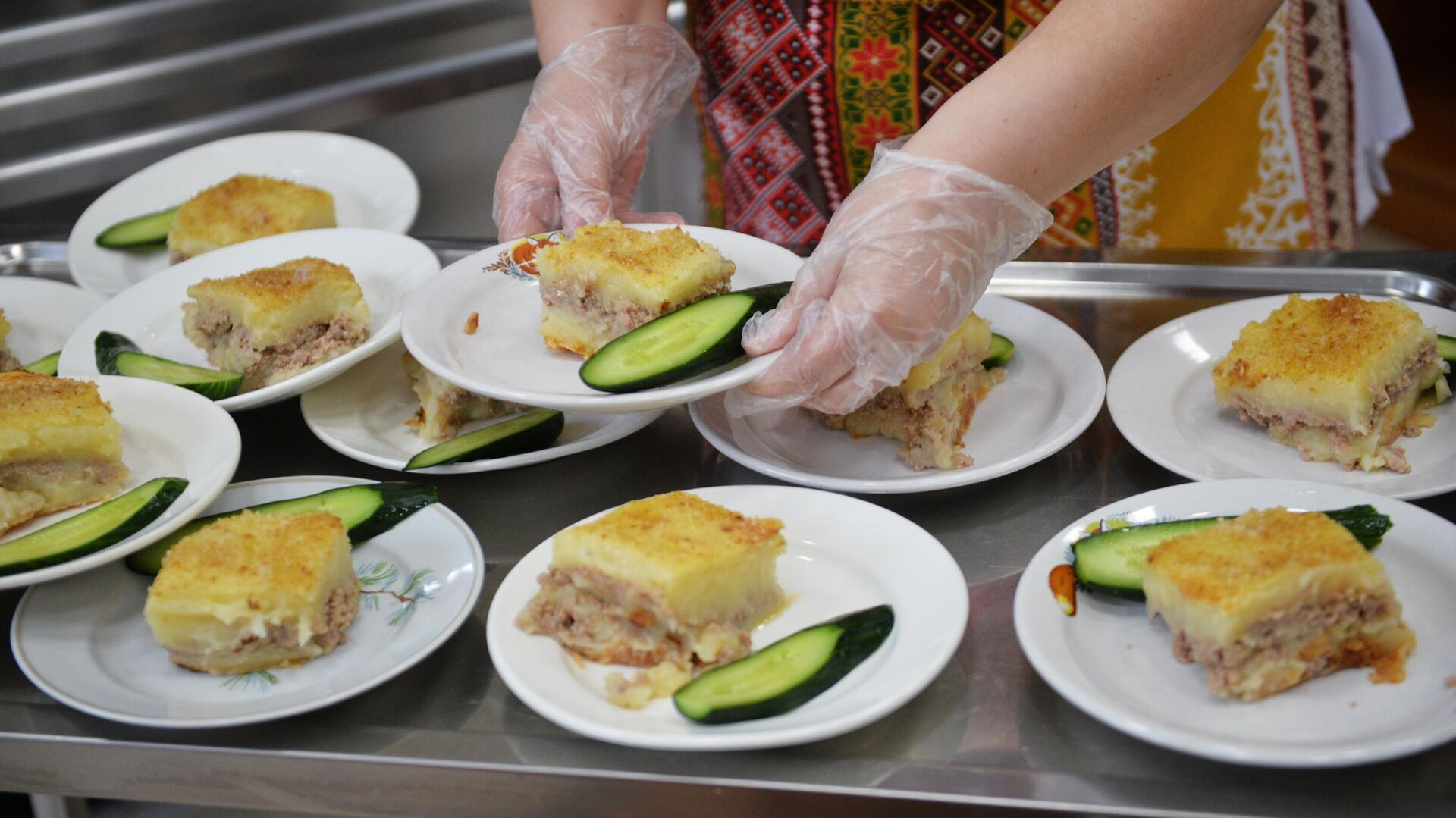 Работница школьной столовой разносит тарелки с едой  - РИА Новости, 1920, 14.05.2021