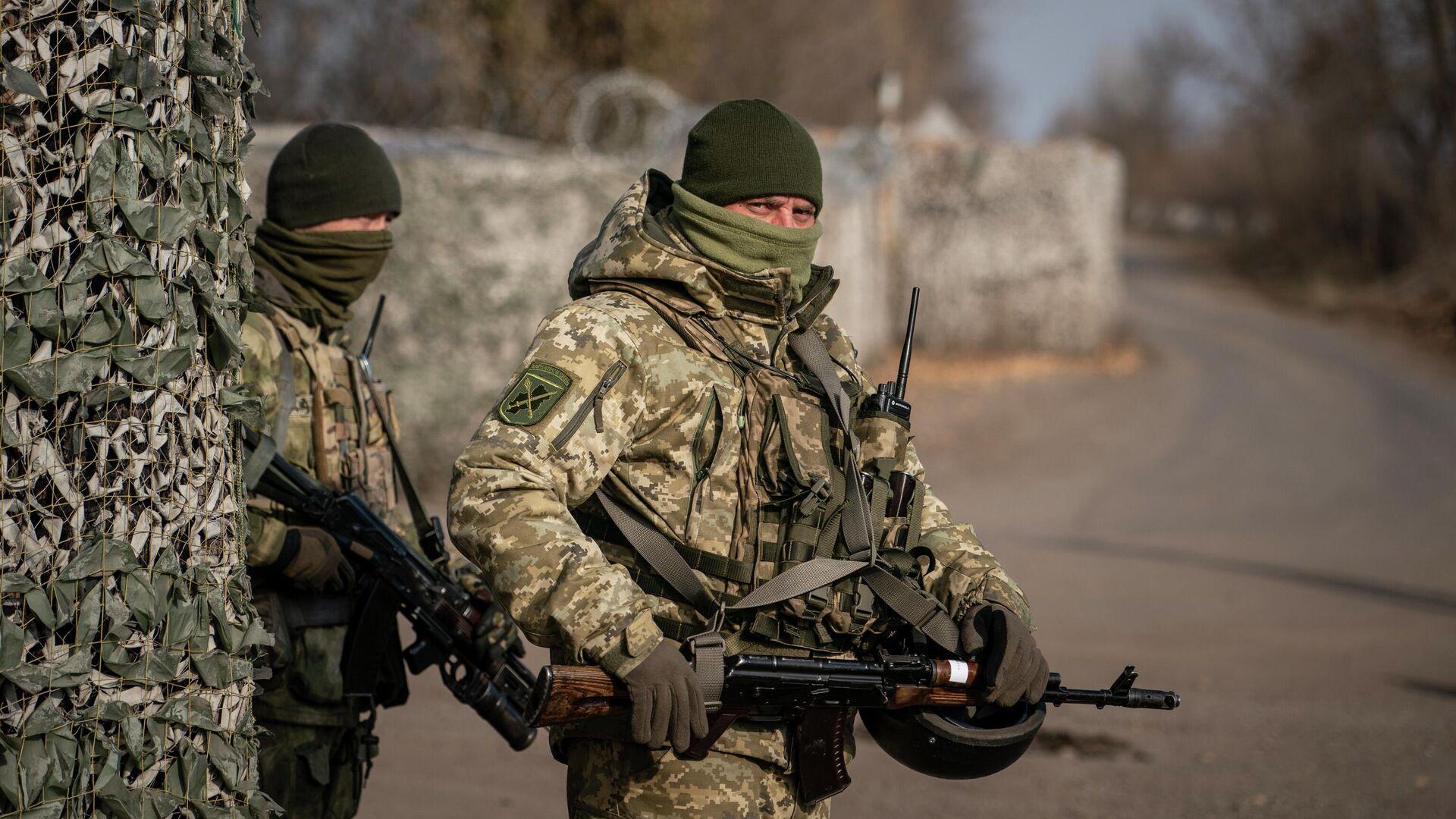 Украинские военнослужащие охраняют контрольно-пропускной пункт возле новой линии соприкосновения в Золотом, Луганская область - РИА Новости, 1920, 10.04.2021