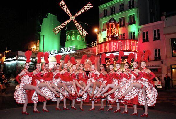 Танцовщицы Мулен Руж перед зданием кабаре в Париже