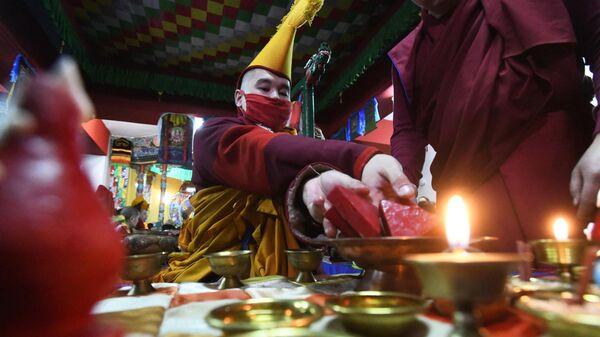 Буддийский монах во время праздничного молебна об очищении души в читинском дацане Дамба Брайбунлинг в канун буддийского Нового года Сагаалган