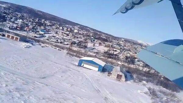 Кадры жесткой посадки Ан-2 после взлета в Магадане: съемка пассажира