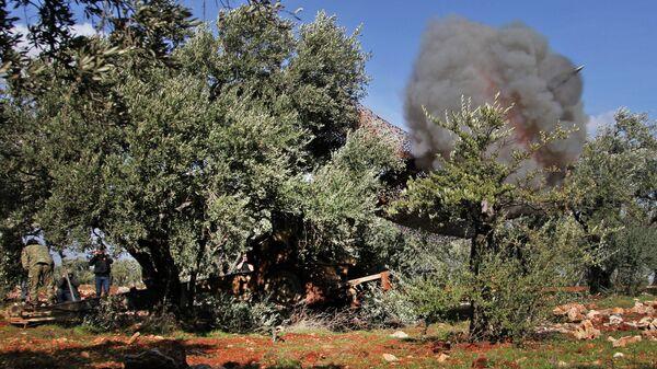 Сирийские боевики, поддерживаемые Турцией, ведут обстрел сирийских правительственных сил в провинции Идлиб